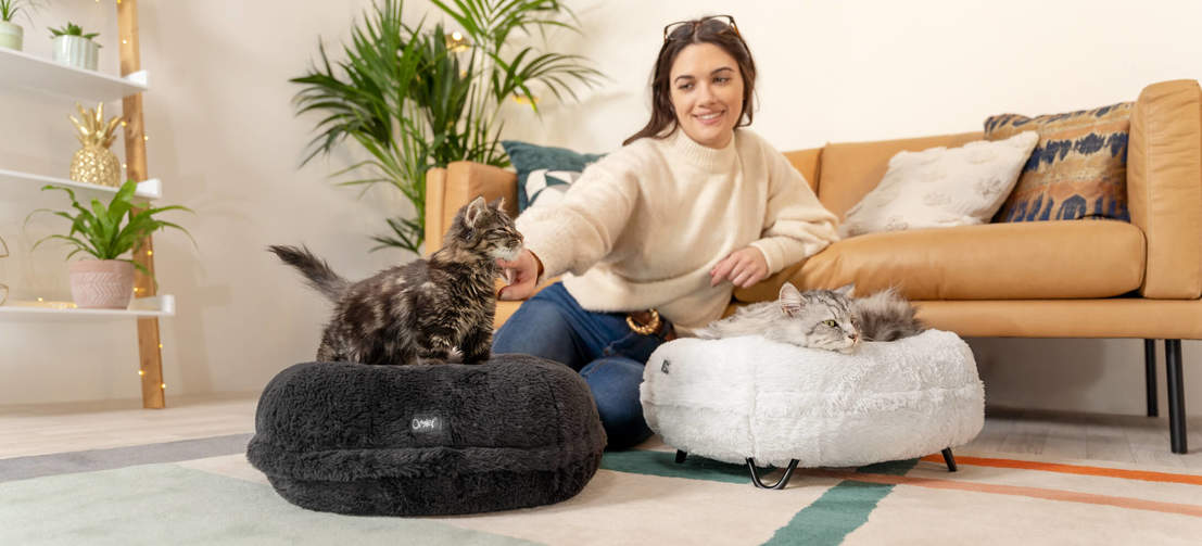 Available in two sophisticated colours, the Maya bed is petite and easy to fit in the home, ideal for multi-cat households.