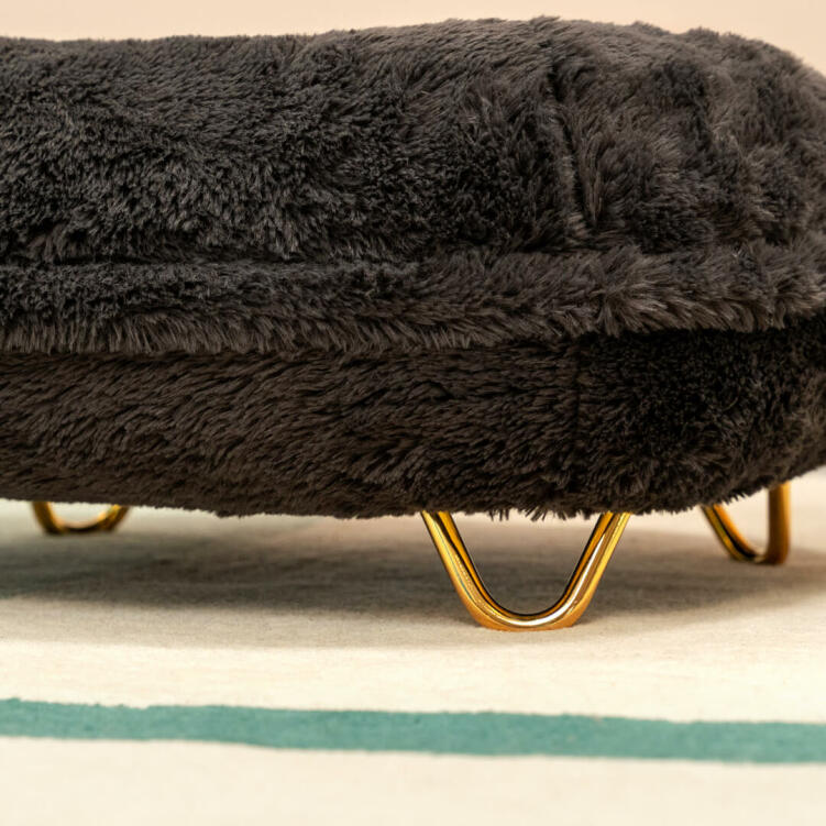 To give your cat's bed a touch of luxury grandeur, why not choose the glossy, glamorous gold hairpin feet?