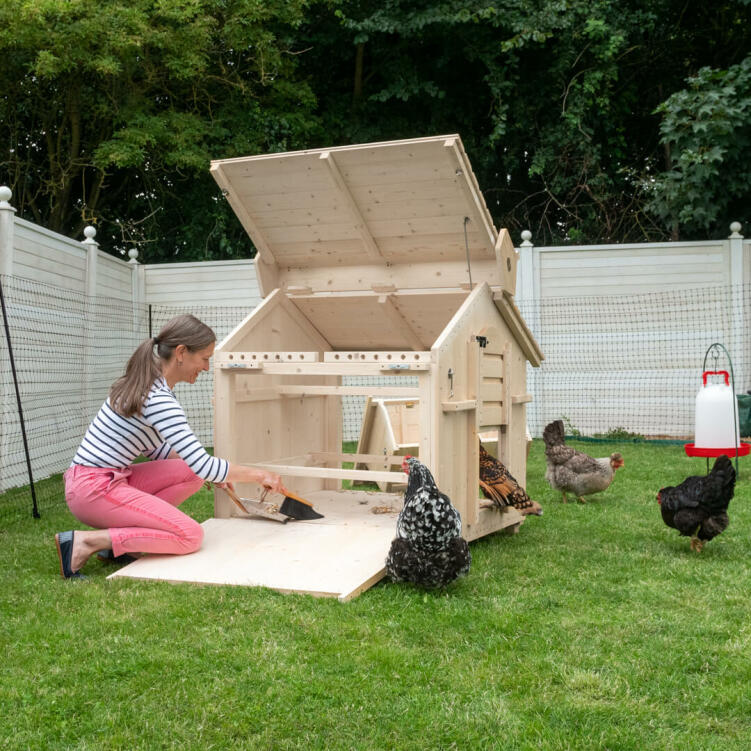 The modern design makes cleaning the coop super quick and easy, so that you can enjoy more time together with your hens.